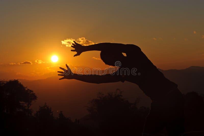 silhouet van mensen die met de zonsondergang posten royalty-vrije stock fotografie