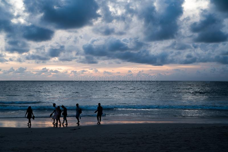 Silhouet van mensen en mooie zonsondergang stock afbeelding