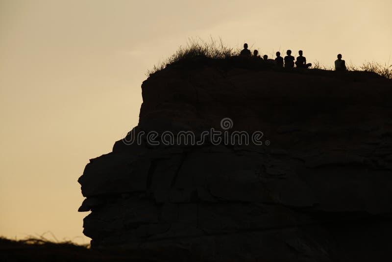 Silhouet van Mensen op de Heuvel royalty-vrije stock afbeelding