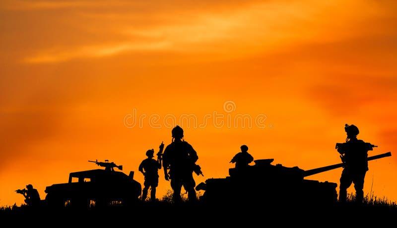 Silhouet van militaire militair of ambtenaar met wapens bij zonsondergang royalty-vrije illustratie