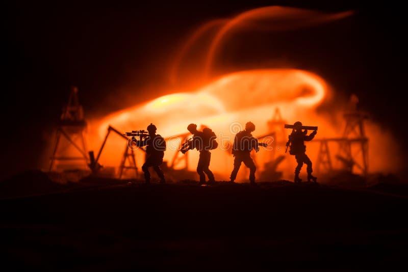 Silhouet van militaire militair of ambtenaar met wapens schot, die kanon, kleurrijke hemel, achtergrond houden Oorlog en militair royalty-vrije stock afbeeldingen