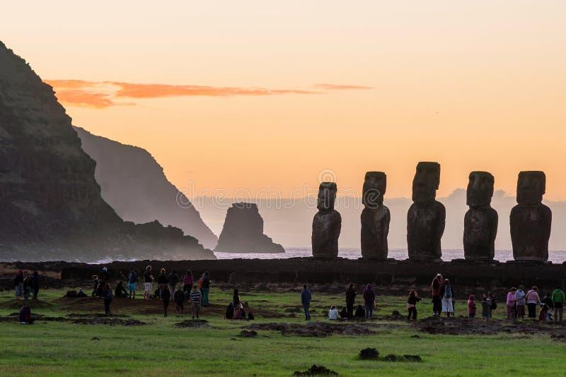 Silhouet van Moai-standbeelden in Pasen-Eiland wordt geschoten dat stock afbeelding