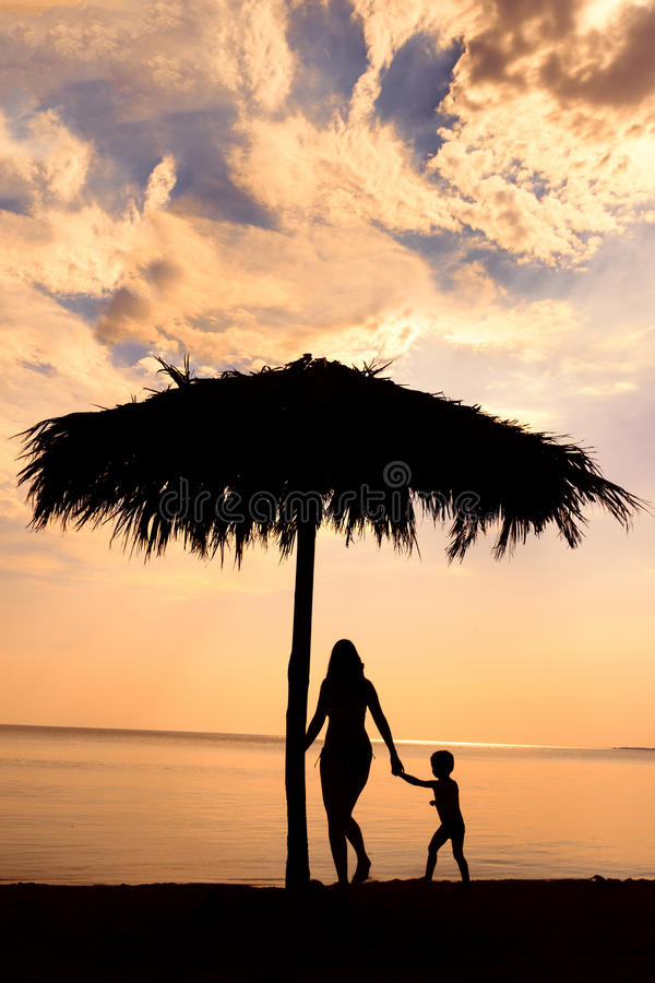 Silhouet van moeder en zoon royalty-vrije stock afbeelding