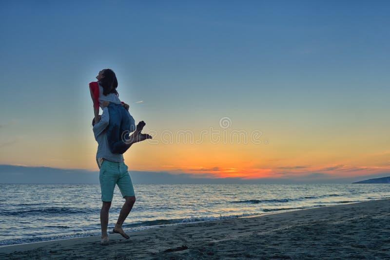Silhouet van Mooi Paar bij het strand stock afbeelding