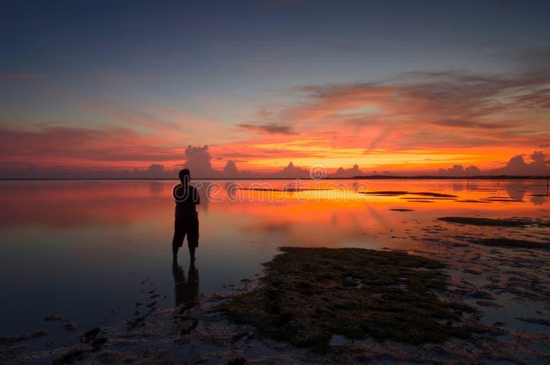 Silhouet van niet geïdentificeerde plaatselijke bevolking bij jubakar strand, tumpat kelantan De mens van Maleisië bij royalty-vrije stock foto