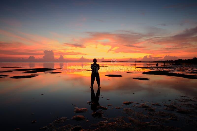 Silhouet van niet geïdentificeerde plaatselijke bevolking bij jubakar strand, tumpat kelantan De mens van Maleisië bij royalty-vrije stock afbeeldingen