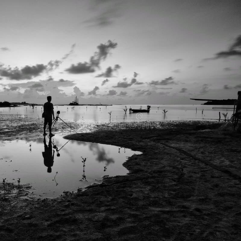 Silhouet van niet geïdentificeerde plaatselijke bevolking bij jubakar strand, tumpat kelantan maleisië royalty-vrije stock afbeeldingen