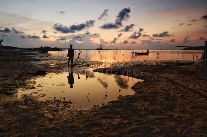Silhouet van niet geïdentificeerde plaatselijke bevolking bij jubakar strand, tumpat kelantan maleisië royalty-vrije stock foto's