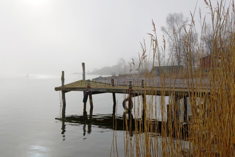 Silhouet van oude brug een mistige ochtend royalty-vrije stock afbeeldingen