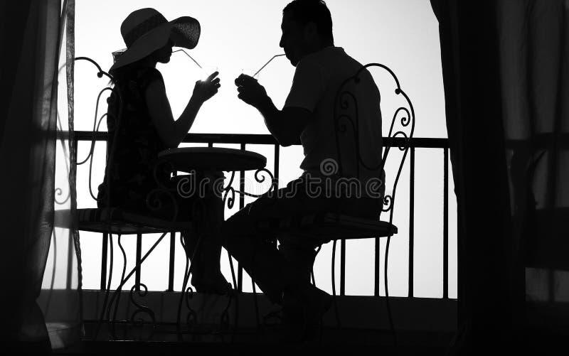 Silhouet van paar in liefdedrank een drank royalty-vrije stock foto