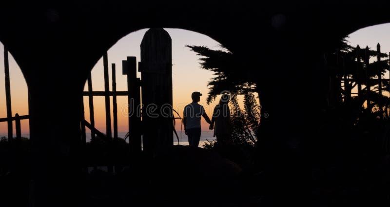 Silhouet van paar op San Simeon Beach stock foto