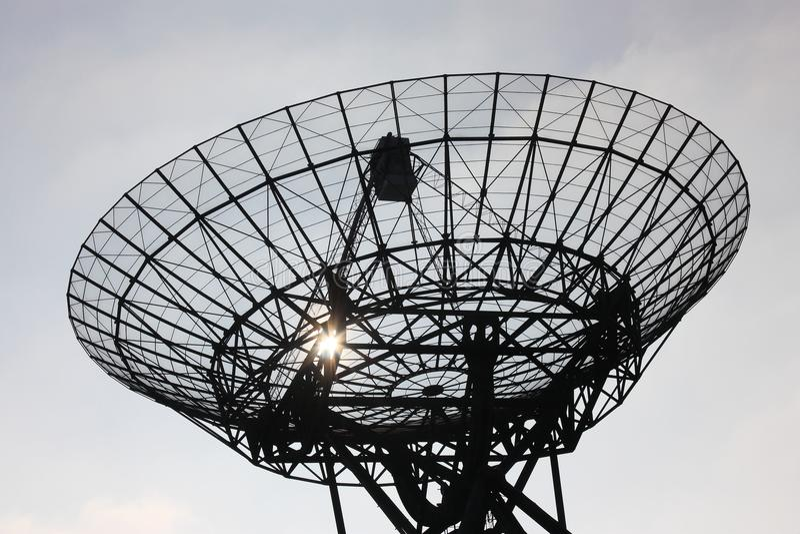 Silhouet van radiotelescoop in backlight royalty-vrije stock afbeelding