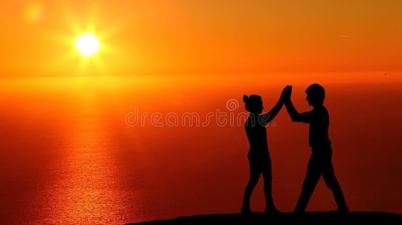 Silhouet van reizigers in de mooie zonsondergang stock foto's