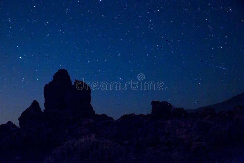 Silhouet van Rotsen in het Nationale Park van Teide in Sterrige Nacht, Tenerife, Spanje royalty-vrije stock foto's