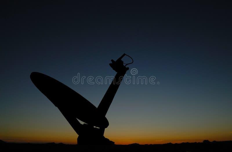 Silhouet van satellietschotel royalty-vrije stock afbeelding