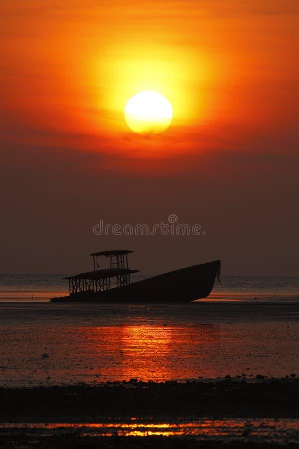 Silhouet van schipbreuk en mooie zonsondergang in Phuket, Thailand royalty-vrije stock afbeeldingen