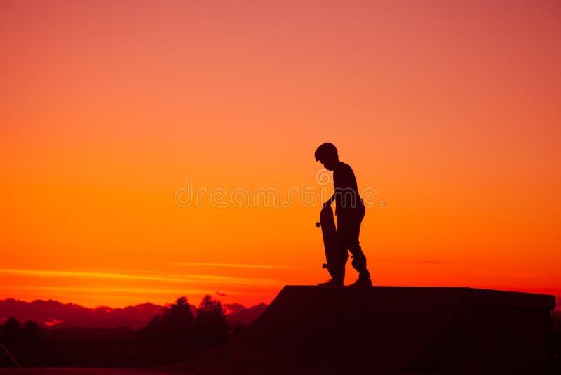 Silhouet van Skateboarder bij Zonsondergang royalty-vrije stock foto's