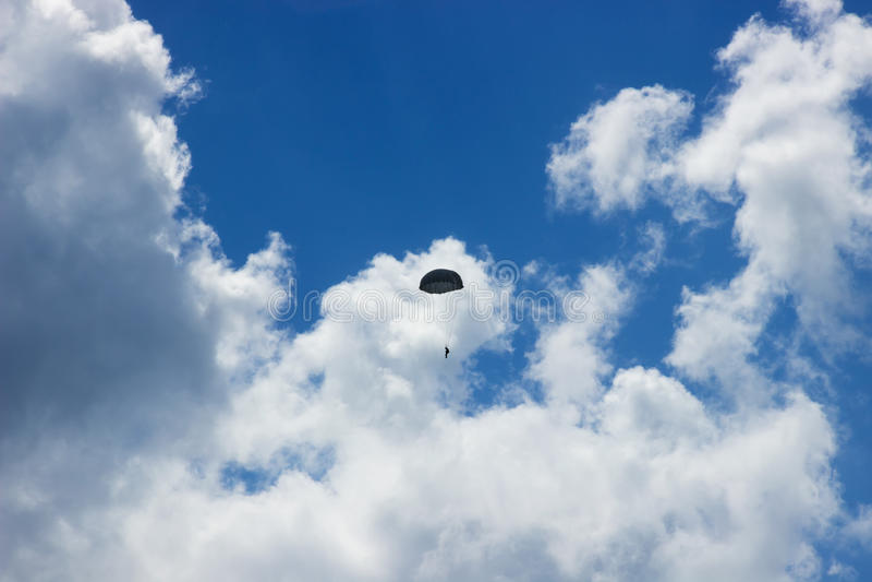 Silhouet van skydiver bij blauwe hemel stock foto's