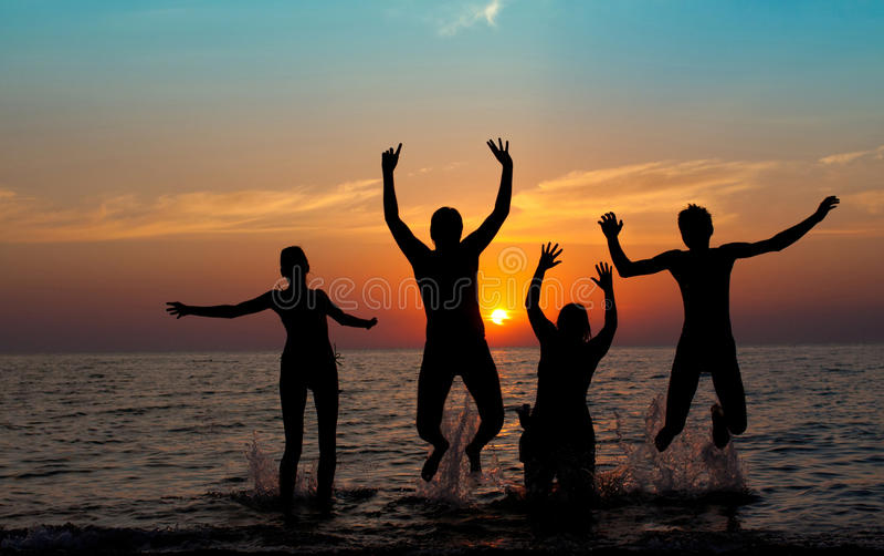 Silhouet van springende mensen royalty-vrije stock fotografie