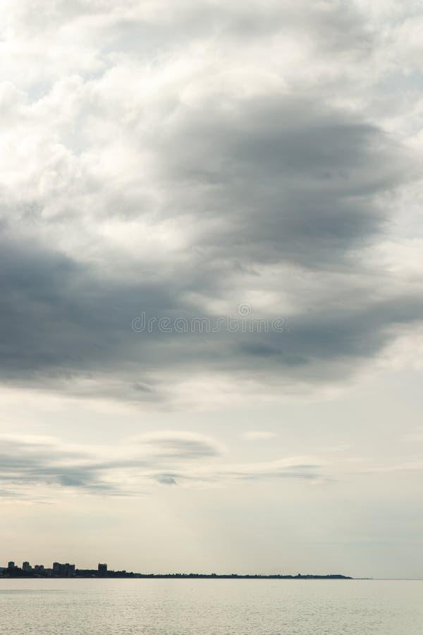 Silhouet van stad op horizon stock afbeeldingen