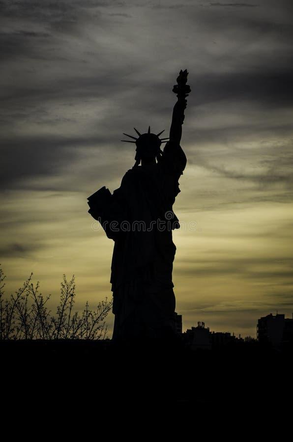 Silhouet van Standbeeld van Vrijheid, Parijs royalty-vrije stock afbeeldingen