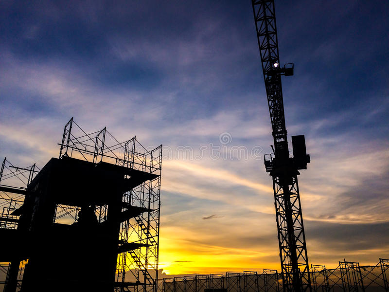 Silhouet van steiger in de bouwwerf royalty-vrije stock foto's