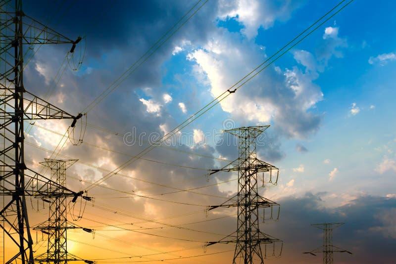 Silhouet van structuur van de hoogspannings de elektropool stock foto