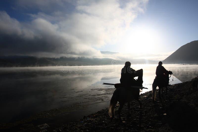 Silhouet van Tibetan ruiters stock foto