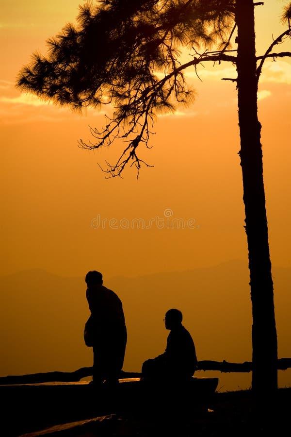 Silhouet van toeristenmensen die zonsondergang kijken royalty-vrije stock foto