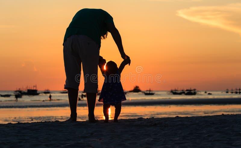Silhouet van Vader en dochter op het Strand royalty-vrije stock afbeeldingen