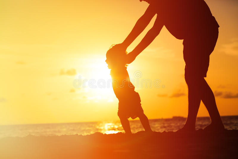 Silhouet van vader en weinig dochter het lopen stock afbeeldingen