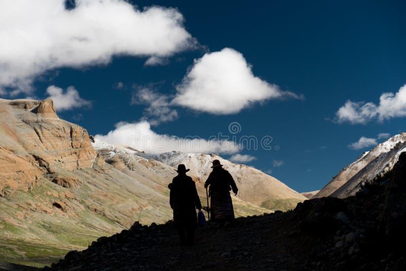 Silhouet van van de bergtibet van mensenhimalayagebergte de hemel en de wolken royalty-vrije stock fotografie