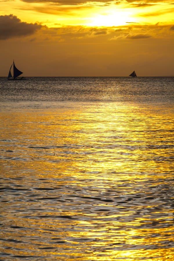 Silhouet van varende boten op horizon van tropische zonsondergangoverzees Filippijnen stock foto
