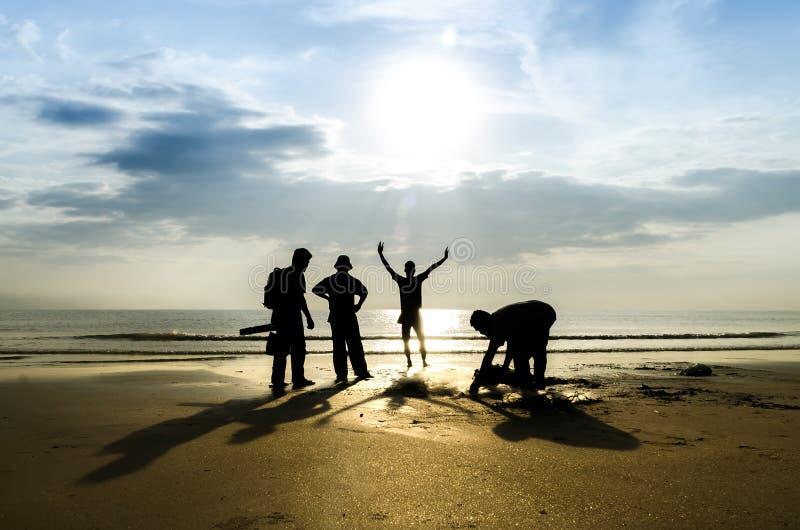 Silhouet van vissers en fotograaf stock afbeelding