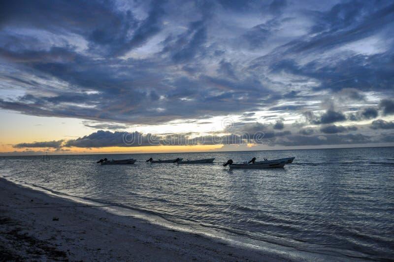 Silhouet van vissersboten van de kust van Isla Holbox, Mexico royalty-vrije stock afbeelding