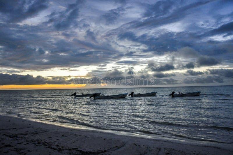 Silhouet van vissersboten van de kust van Isla Holbox, Mexico stock foto's