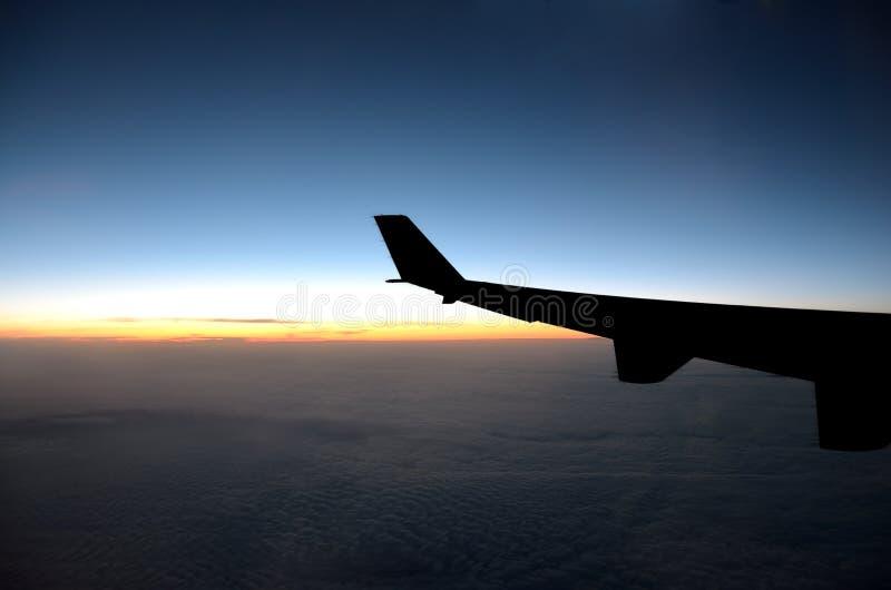 Silhouet van vliegtuigvleugel royalty-vrije stock foto