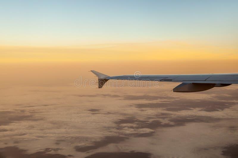 Download Silhouet Van Vliegtuigvleugel In De Lucht Stock Foto - Afbeelding bestaande uit ochtend, vliegtuigen: 39100468