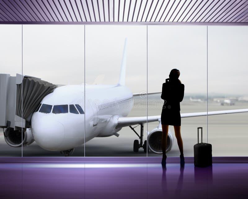 Silhouet van vrouw bij de luchthaven royalty-vrije stock foto