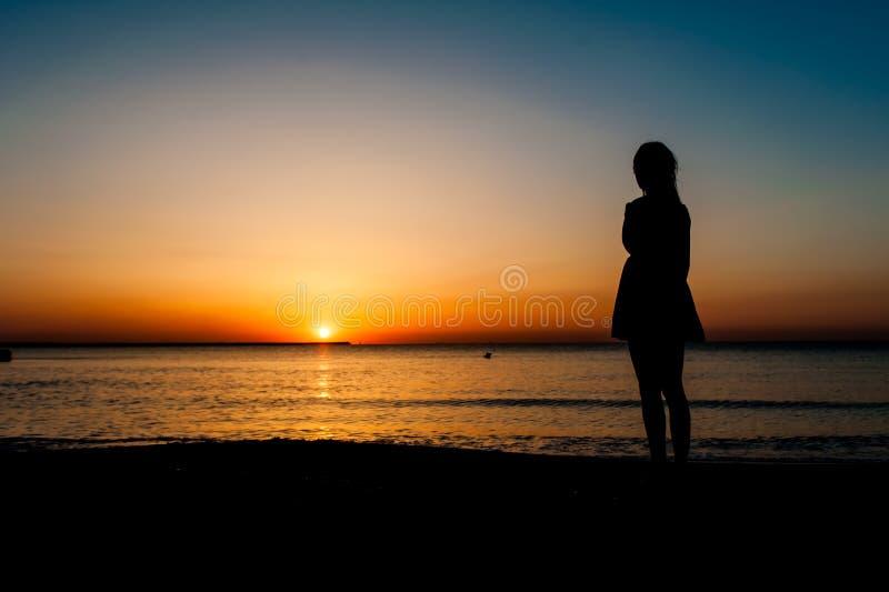 Silhouet van Vrouw in de zomerkleding royalty-vrije stock foto's