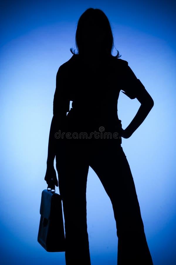 Silhouet van vrouw met koffer stock afbeelding