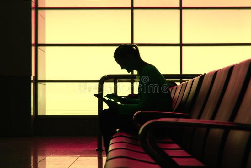 Silhouet van vrouw met tabletpc in de luchthaven royalty-vrije stock fotografie
