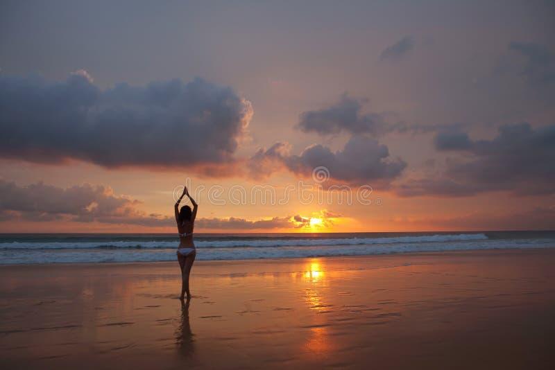 Vrouw op de zonsondergang stock afbeelding