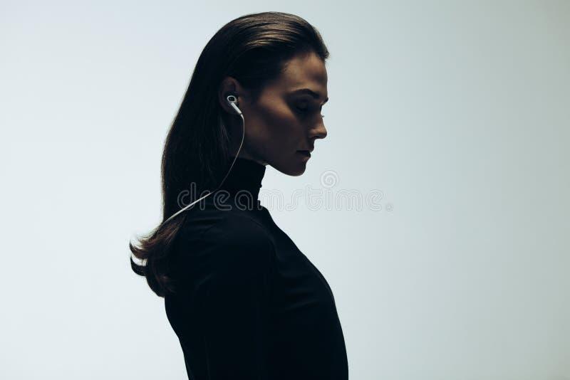 Silhouet van vrouwelijk model in studio royalty-vrije stock afbeelding