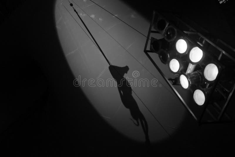 Silhouet van vrouwelijke acrobaat royalty-vrije stock foto's