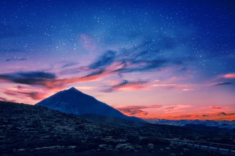 Silhouet van vulkaan del Teide tegen een zonsonderganghemel Pico del Teide-berg in het Nationale park van Gr Teide bij nacht royalty-vrije stock afbeeldingen