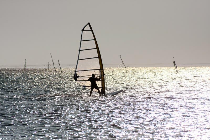 Silhouet van windsurfer stock afbeelding