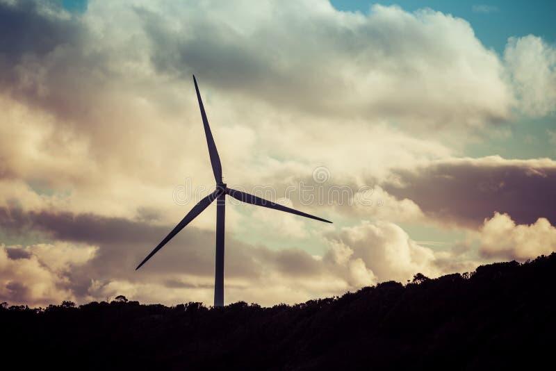 Silhouet van windturbine bij mooie zonsondergang royalty-vrije stock afbeelding