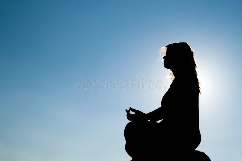 Silhouet van Yoga bij top stock afbeeldingen