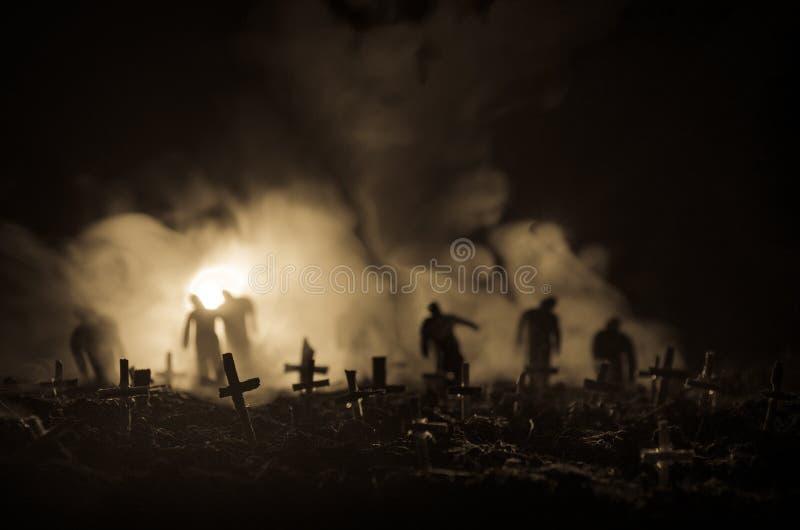 Silhouet van zombieën die over begraafplaats in nacht lopen Het concept van verschrikkingshalloween groep zombieën bij nacht stock fotografie
